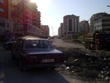 Una de las constantes de Vlora, y de toda Albania, son las construcciones e infraestructuras a medio hacer, dependientes de capitales extranjeros